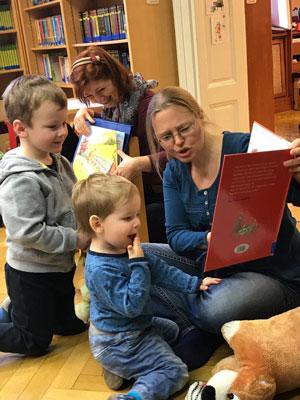Tagesmütter lesen Bücher mit Kindern